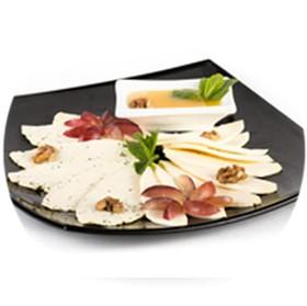 Тарелка домашних сыром - Фото
