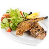 Морской окунь-гриль с овощным салатом Фото