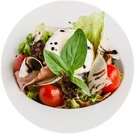Салат с беконом и яйцом пашот Фото
