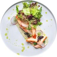 Теплый салат с копченым лососем Фото