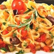 Фетучини с овощами в томатном соусе Фото