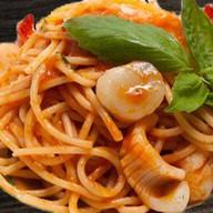 Спагетти с морским гребешком и кальмаром Фото