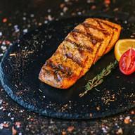 Стейк из лосося на углях Фото