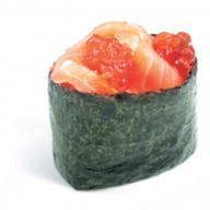 Гункан с лососем и икрой лосося Фото