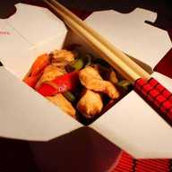 Лапша с курицей и овощами Фото