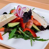 Салат с молодым сыром Фото