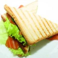 Сэндвич с копчёной форелью Фото