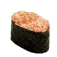 Гункан с копченым лососем спайс Фото