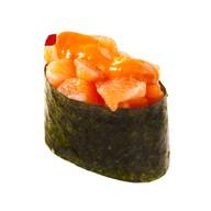 Гункан с лососем спайс Фото