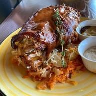 Свиная рулька в пивном соусе с капустой Фото