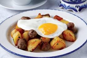 Жареный картофель с глазуньей - Фото
