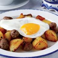 Жареный картофель с глазуньей Фото