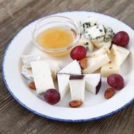 Ассорти фермерских сыров Фото