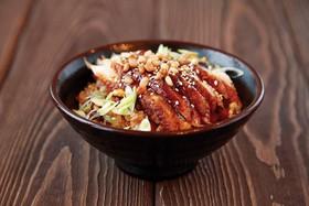 Жареный рис с копчёным угрём и орехом - Фото