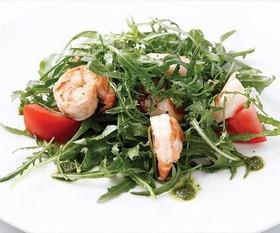 Салат с креветками и рукколой - Фото