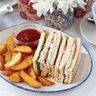 Клаб-сэндвич с беконом и курицей Фото