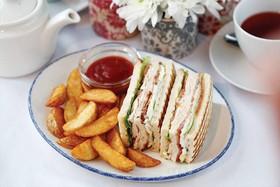Клаб-сэндвич с беконом и курицей - Фото
