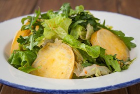 Микс салатов с жареной скаморцой - Фото