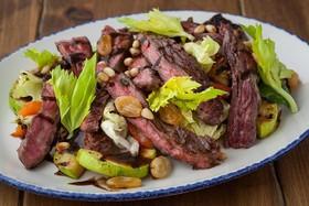 Мясной салат с овощами-гриль - Фото