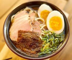 Японский суп рамен со свининой - Фото