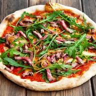 Пицца с ростбифом и рукколой Фото