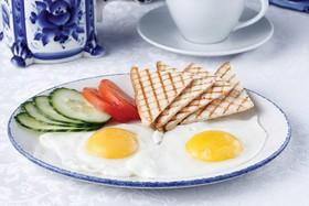 Глазунья из двух яиц - Фото