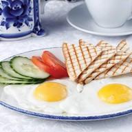 Глазунья из двух яиц Фото