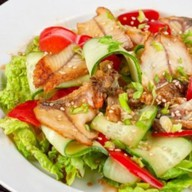 Салат с копченым угрем Фото