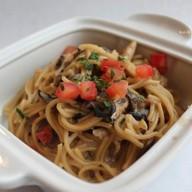 Спагетти с курицей и грибами ланч Фото