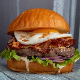 Бургер с глазуньей - Фото