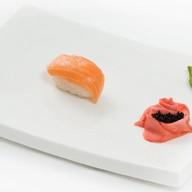 Cуши с копченым лососем Фото