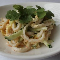 Салат с кальмаром под соусом ланч Фото