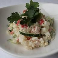 Салат с рисом и крабовыми палочками ланч Фото