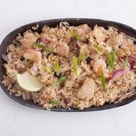 Жареный рис с курицей и креветками Фото