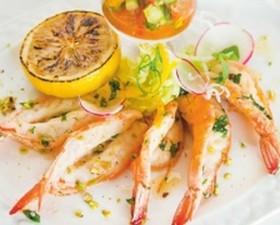 Креветки-гриль с овощной сальсой - Фото