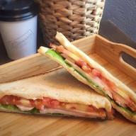Сэндвич с копченой курочкой Фото