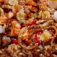 Вок с рисом и морепродуктами Фото
