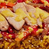 Вок с рисом и курицей карри Фото