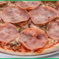 Пицца ветчина, грибы Фото