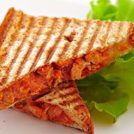Сэндвич с курицей, томатом и сыром Фото