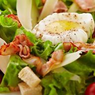 Салат с яйцом пашот Фото