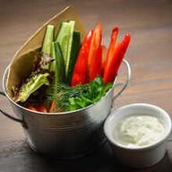 Свежие овощи с сырным соусом Фото