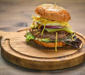 Papa burger с глазуньей и чипсами - Фото