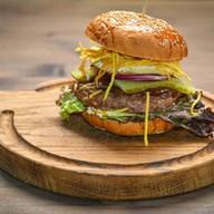 Papa burger с глазуньей и чипсами Фото