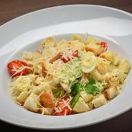 Цезарь с курицей-гриль салат Фото