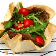 Теплый салат с говядиной в тортил Фото