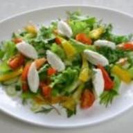 Салат из зелени и томатов с соусом Фото