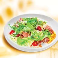 Салат с козьим сыром и сырокопчен Фото