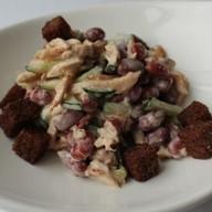 Салат с курицей, фасолью и гренками ланч Фото