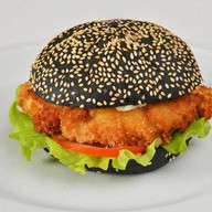 Блэк бургер с курицей Фото